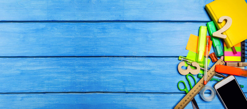 Una pila de fuentes de escuela en un fondo de madera azul de la tabla El concepto del proceso educativo, haciendo la preparación imagen de archivo