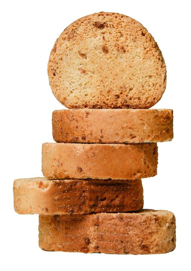 Una pila de galletas con el relleno de la nuez aislado en un fondo blanco Primer imagen de archivo