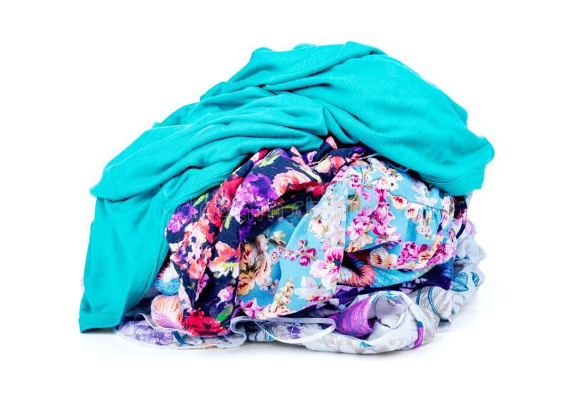 Una pila de lavadero sucio la ropa nunca termina imagenes de archivo
