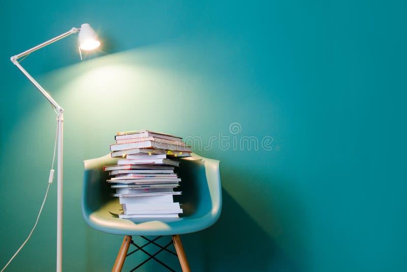 Una pila de libros en el interior en un estilo minimalista Monocolor El concepto de lectura, educación, compra reserva Copie el e foto de archivo libre de regalías