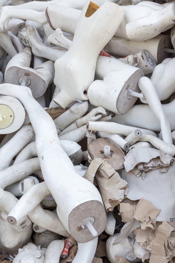 Una pila de maniquíes viejos abandonados imagen de archivo
