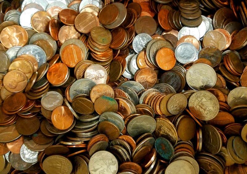 Una pila de monedas del dinero suelto imágenes de archivo libres de regalías