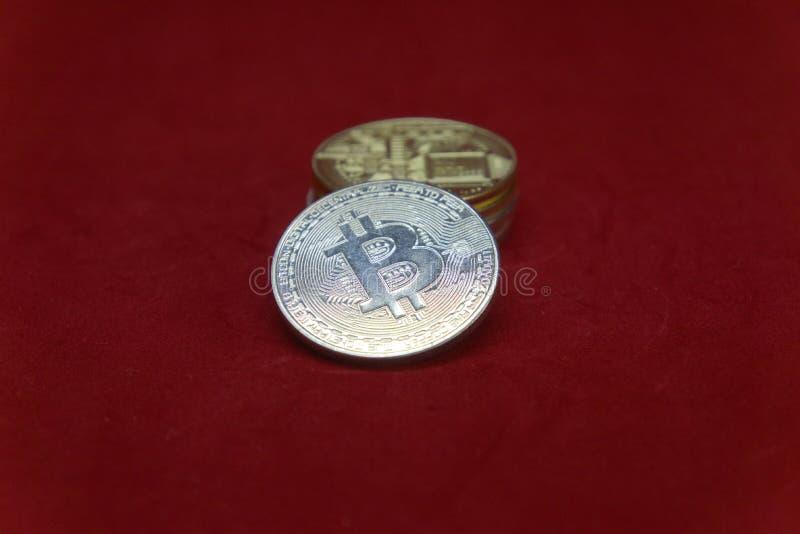 Una pila de oro y de monedas de plata del cryptocurrency con el fondo descolorado imagen de archivo libre de regalías