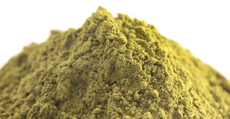 Una pila de polvo de Matcha del té verde aislado en un fondo blanco imágenes de archivo libres de regalías