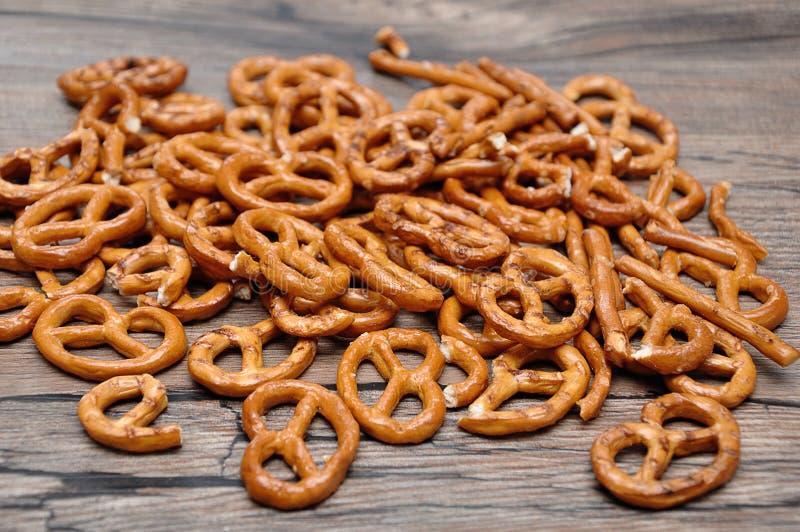 Una pila de pretzeles marrones de oro imagen de archivo libre de regalías