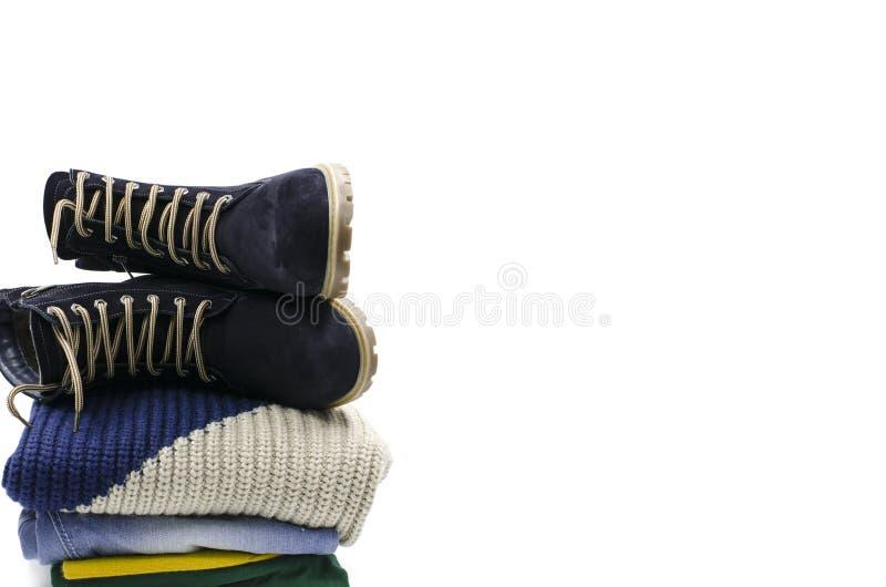 Una pila de ropa con las botas fotografía de archivo libre de regalías