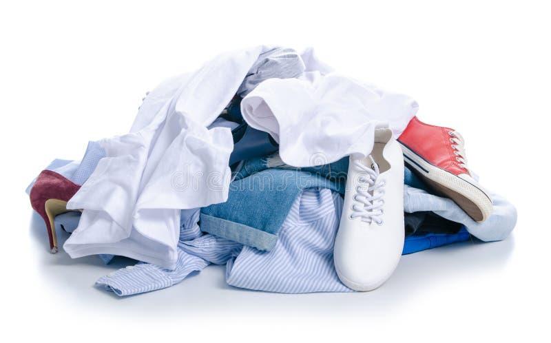 Una pila de ropa y de zapatos foto de archivo libre de regalías