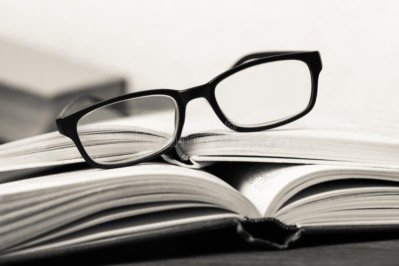 Una pila de simbolización de los libros y de los vidrios fotografía de archivo