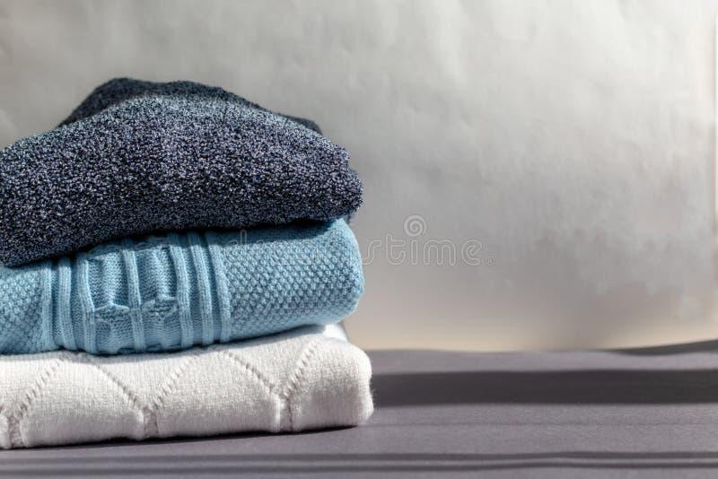 Una pila de suéteres calientes del invierno imagen de archivo