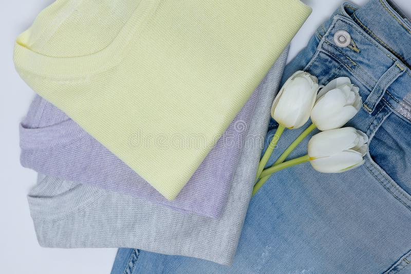 Una pila de suéteres hechos punto miente en la tabla foto de archivo libre de regalías
