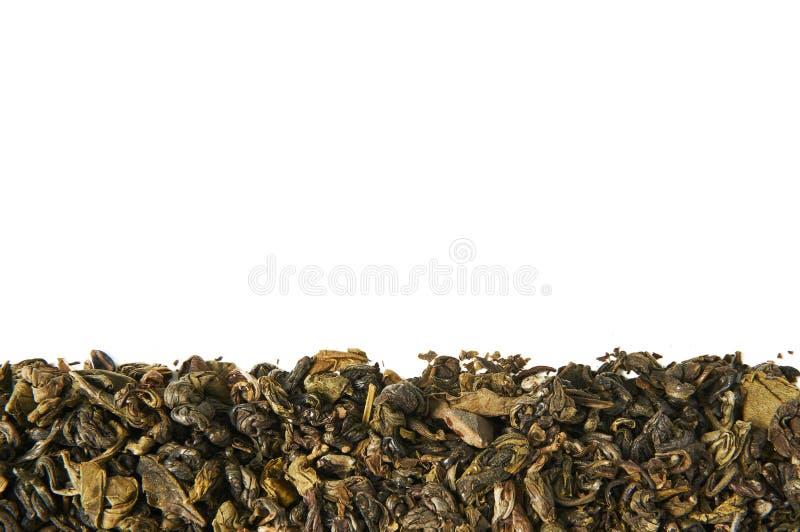 Una pila de té verde seco Aislado en el fondo blanco Fondo del alimento fotos de archivo