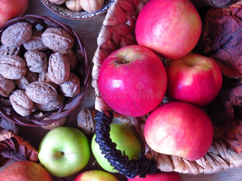 Una pila de vistas de la fruta del otoño Manzanas verdes y rojas en cestas de mimbre Foto de estilo rústico fotos de archivo libres de regalías
