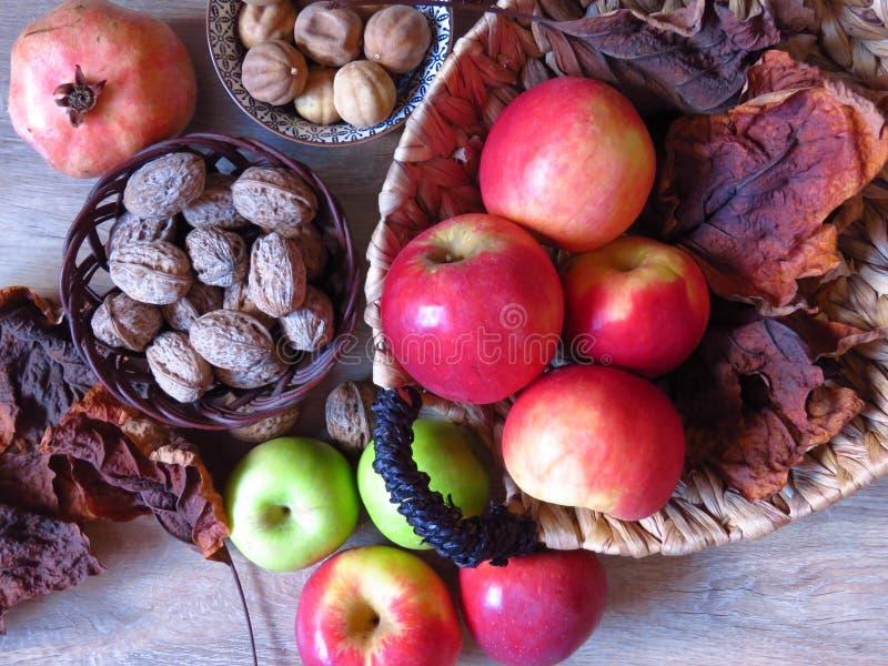 Una pila de vistas de la fruta del otoño Manzanas verdes y rojas en cestas de mimbre Foto de estilo rústico foto de archivo