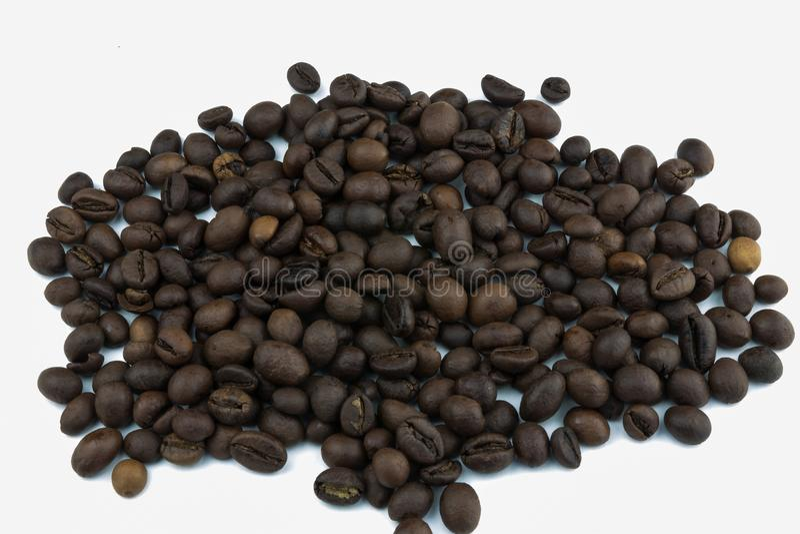 Una pila del café en un fondo blanco Granos del café Aislador en el fondo blanco Todo el mundo ama el café Mañana con café foto de archivo