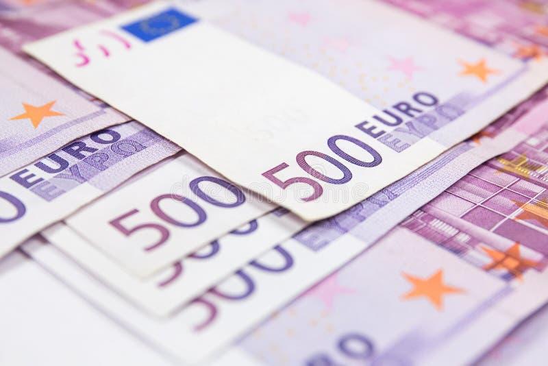 Una pila del primo piano di 500 banconote dell'euro Banconote dei soldi di moneta europea fotografie stock