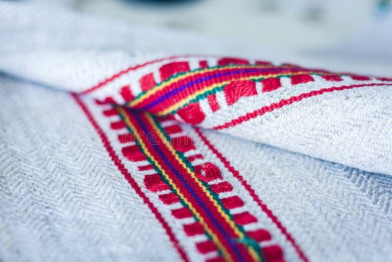 Una pila di asciugamani di tela tessuti con ricamo, fatto a mano tradizionale in Ucraina immagini stock libere da diritti