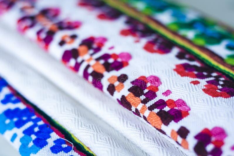 Una pila di asciugamani di tela tessuti con ricamo, fatto a mano tradizionale in Ucraina immagine stock libera da diritti