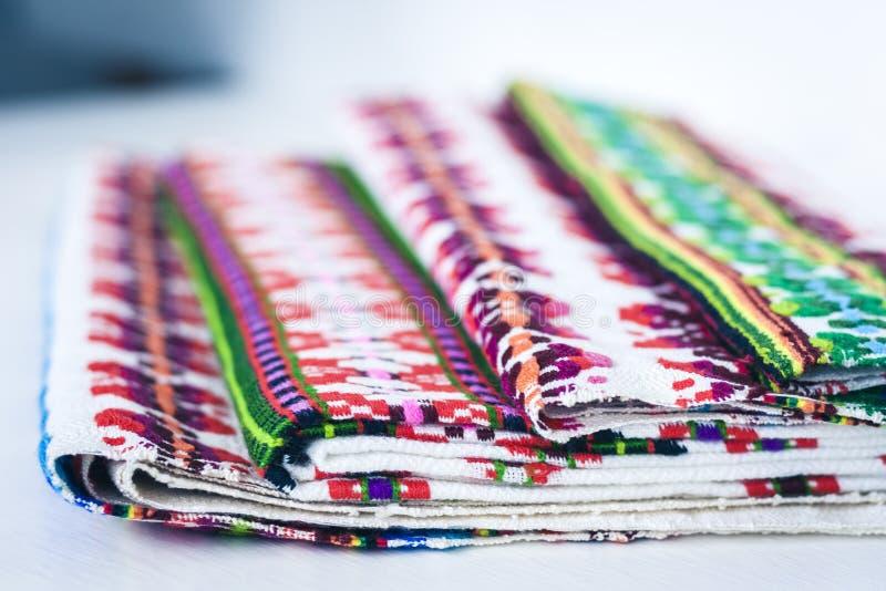 Una pila di asciugamani di tela tessuti con ricamo, fatto a mano tradizionale in Ucraina immagini stock