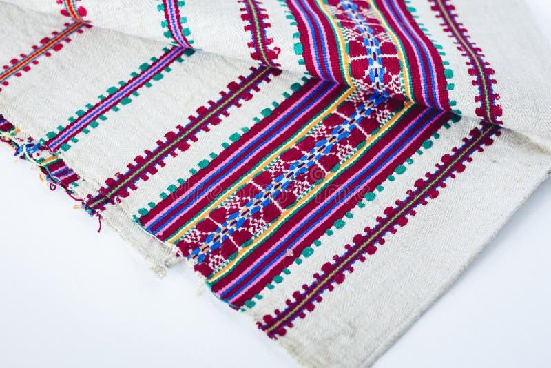Una pila di asciugamani di tela tessuti con ricamo, fatto a mano tradizionale in Ucraina fotografia stock libera da diritti
