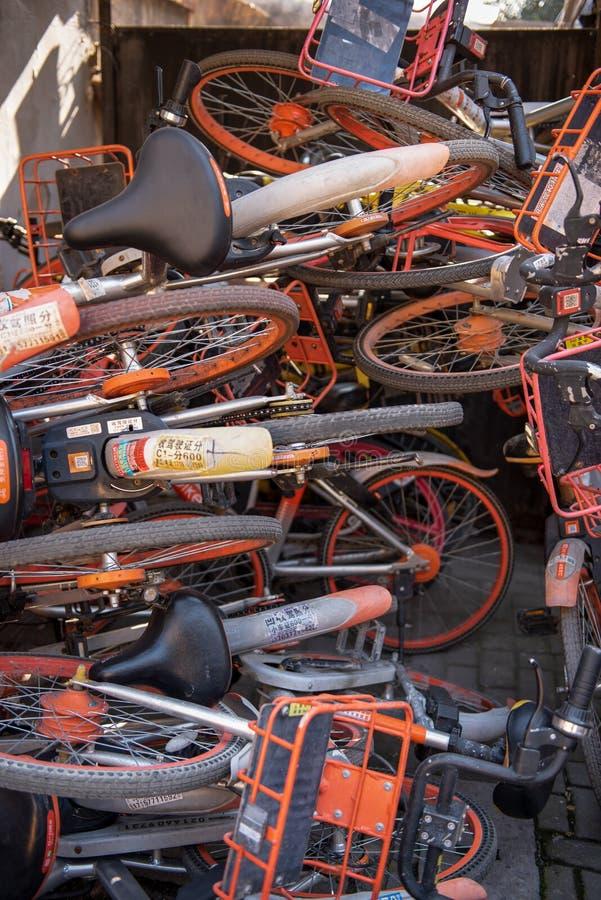 Una pila di biciclette rotte di noleggio immagine stock libera da diritti
