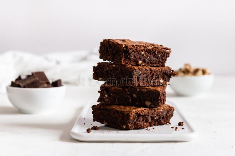 Una pila di brownie del cioccolato su fondo bianco, sul forno casalingo e sul dessert Forno, concetto della confetteria Vista lat fotografie stock libere da diritti