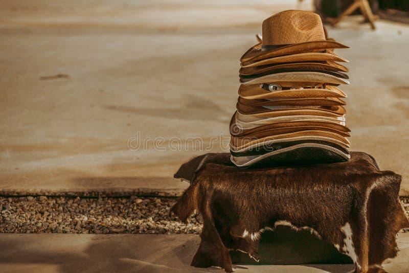 Una pila di cappelli da cowboy differenti, retro fotografie stock libere da diritti
