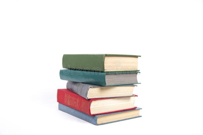 Una pila di cinque libri con le coperture di colore fotografie stock libere da diritti