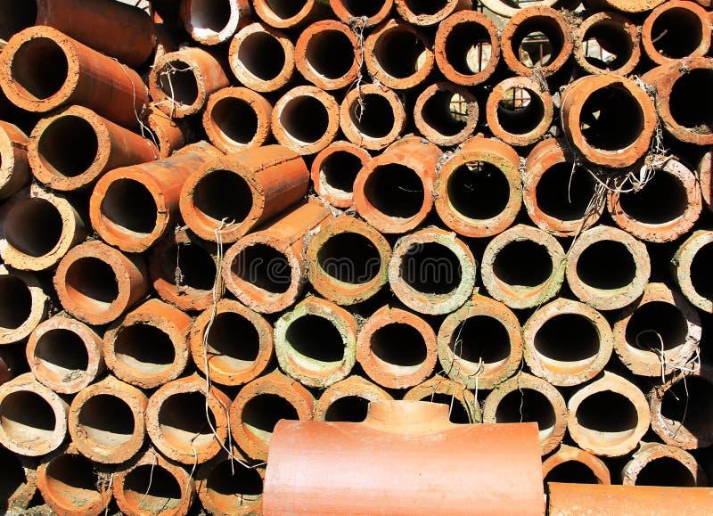 Una pila di Clay Drainage Pipes fotografia stock libera da diritti