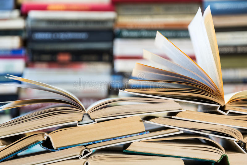 Una pila di libri con le coperture variopinte La biblioteca o la libreria Libri o manuali Istruzione e lettura fotografie stock libere da diritti