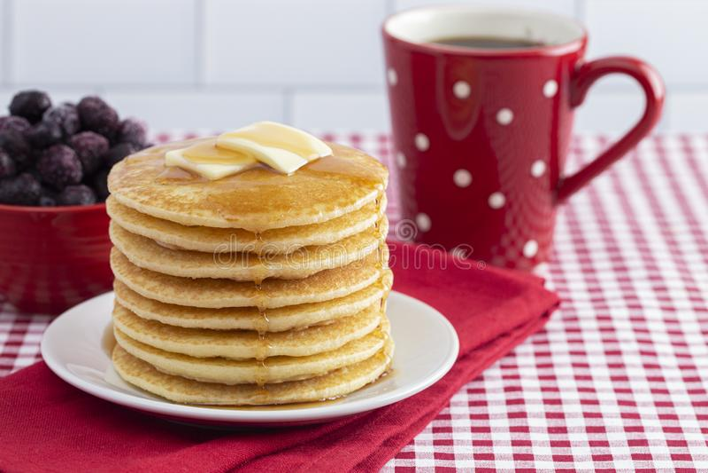 Una pila di pancake appena fatti su una tovaglia del percalle immagini stock libere da diritti