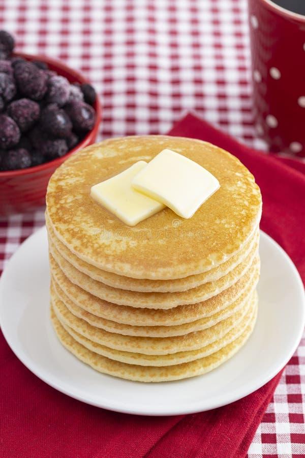 Una pila di pancake appena fatti su una tovaglia del percalle immagine stock libera da diritti
