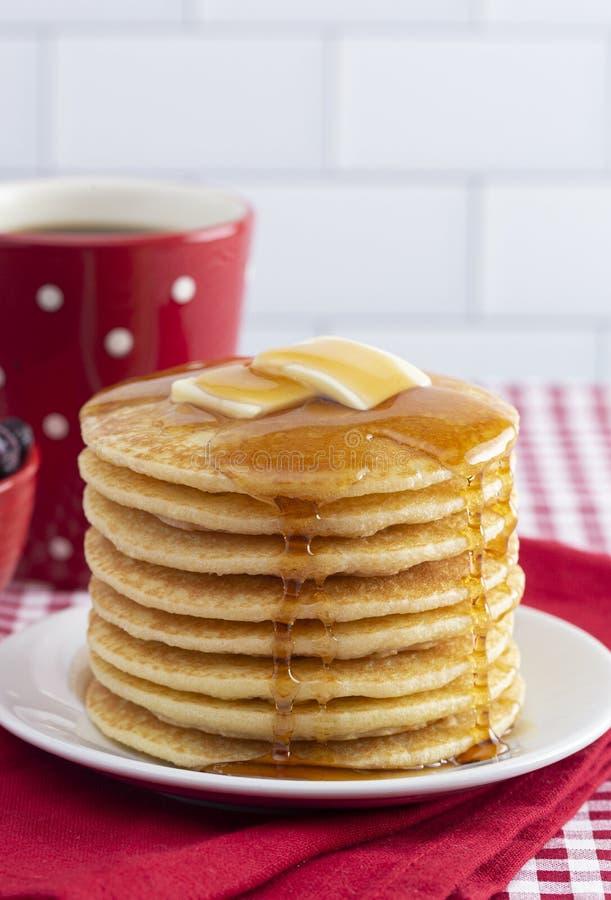 Una pila di pancake appena fatti su una tovaglia del percalle fotografie stock