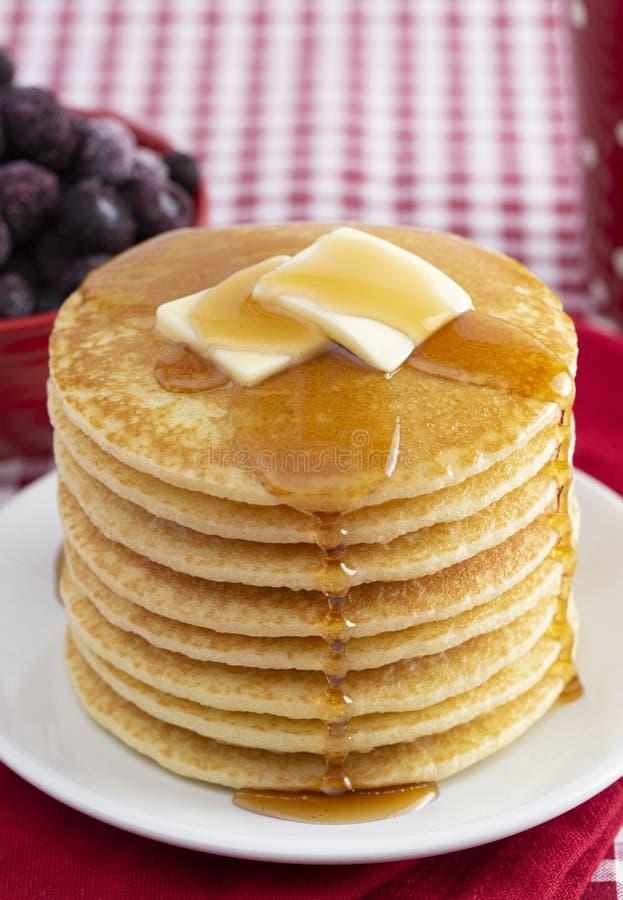 Una pila di pancake appena fatti su una tovaglia del percalle fotografia stock