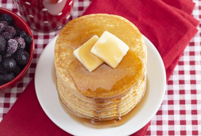 Una pila di pancake appena fatti su una tovaglia del percalle fotografie stock libere da diritti