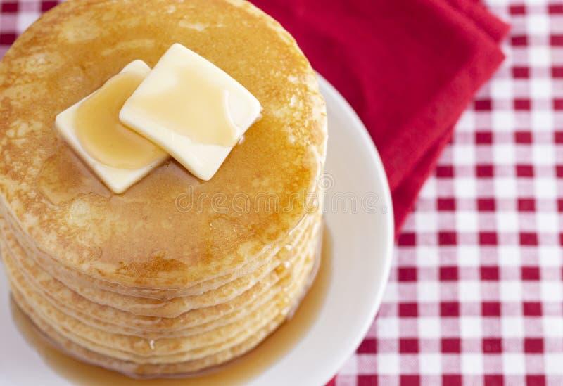 Una pila di pancake appena fatti su una tovaglia del percalle fotografia stock libera da diritti