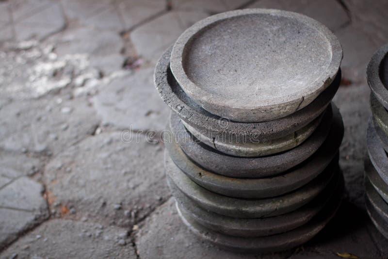 Una pila di pietra tradizionale del mortaio del pestello fotografia stock libera da diritti