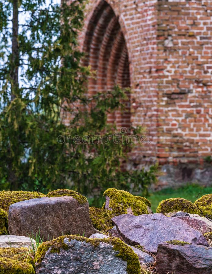 Una pila di pietre nel recinto, massi con muschio spesso fotografia stock
