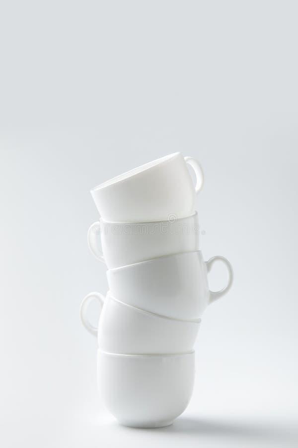 una pila di sei tazze bianche immagine stock libera da diritti