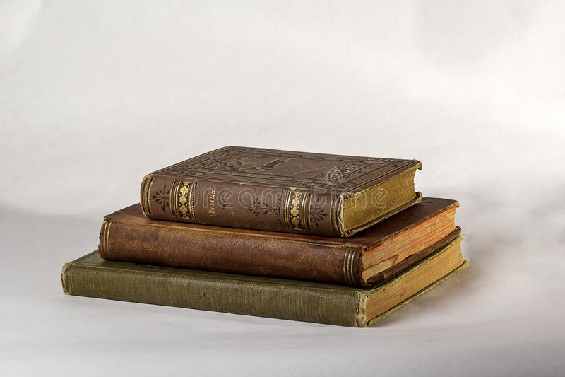 Una pila di tre libri antichi fotografia stock
