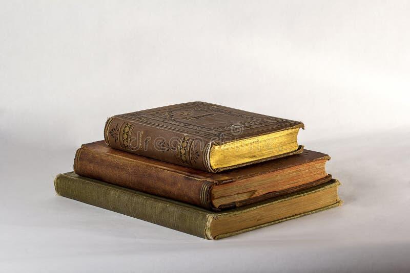 Una pila di tre libri antichi immagini stock