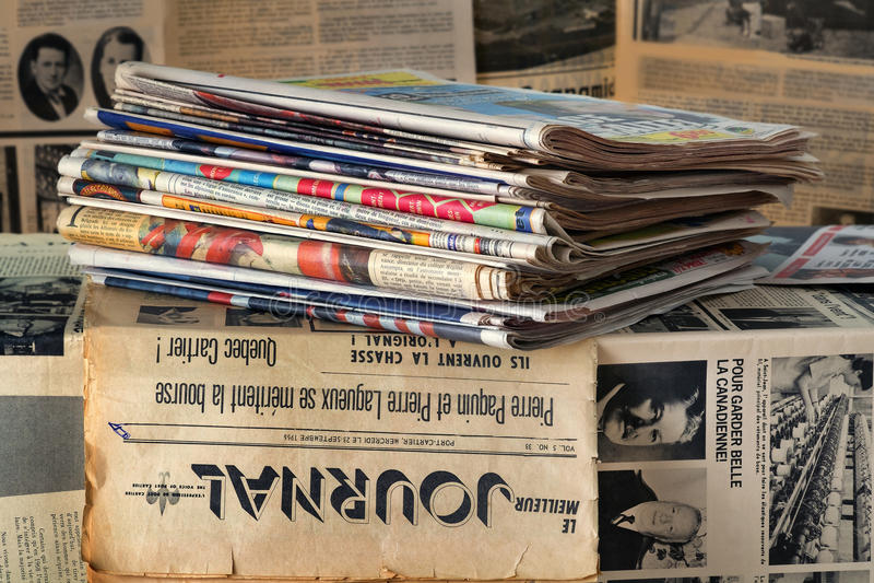 Una pila di vecchi giornali fotografia stock