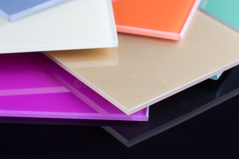 Una pila di vetro colorato su un fondo nero fotografia stock libera da diritti