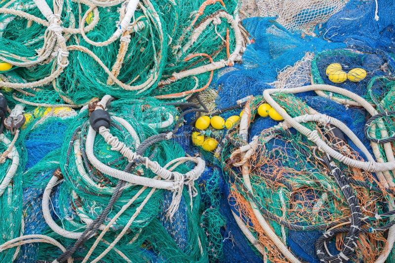 Una pila grande de redes, de cuerdas y de accesorios de la pesca fotos de archivo
