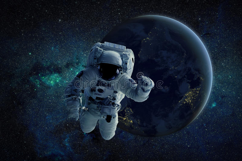 Una pintura de un astronauta que flota en espacio exterior Elementos de esta imagen equipados por la NASA libre illustration