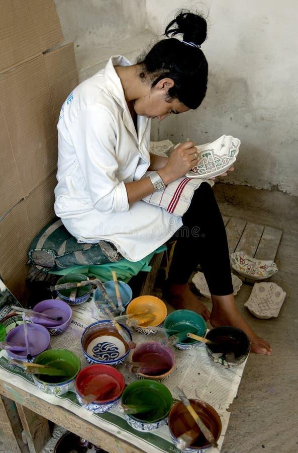 Una pintura del trabajador diseña sobre un cuenco de la arcilla en Fes, Marruecos imágenes de archivo libres de regalías