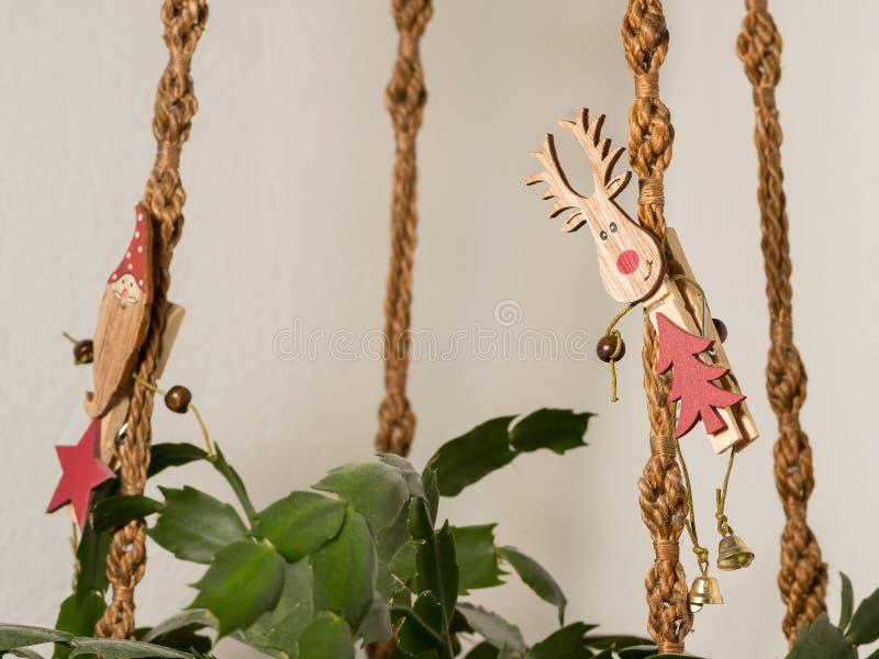 Una pinza con un alce en una cesta colgante anudada en el christma imágenes de archivo libres de regalías
