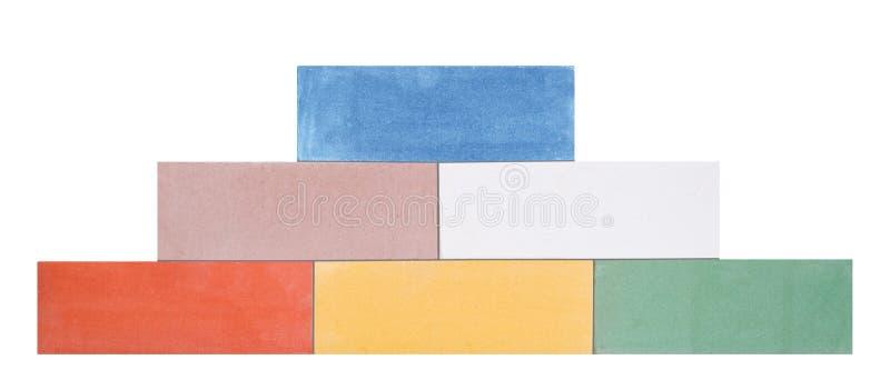 Una piramide dei mattoni ceramici colorati multi ha fatto in una parete ai precedenti bianchi fotografie stock