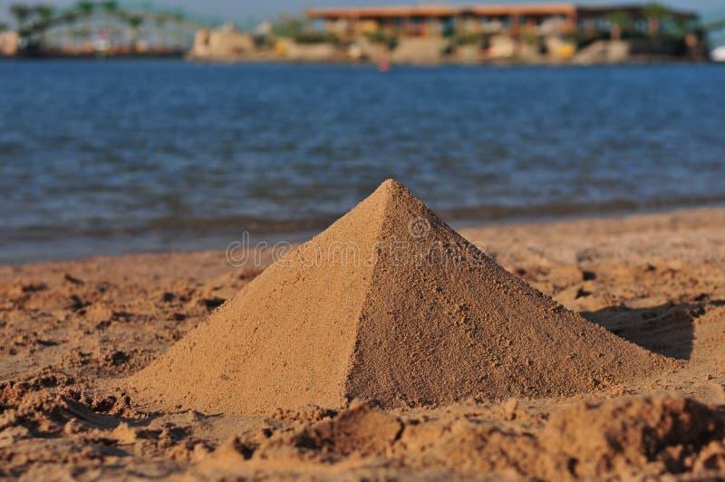 Una piramide della sabbia immagini stock