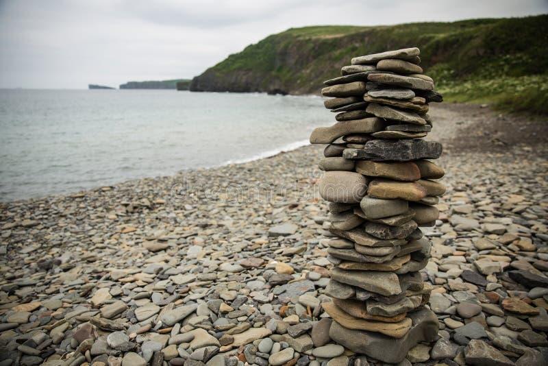 Una piramide delle pietre sulla riva del mar del Giappone fotografia stock