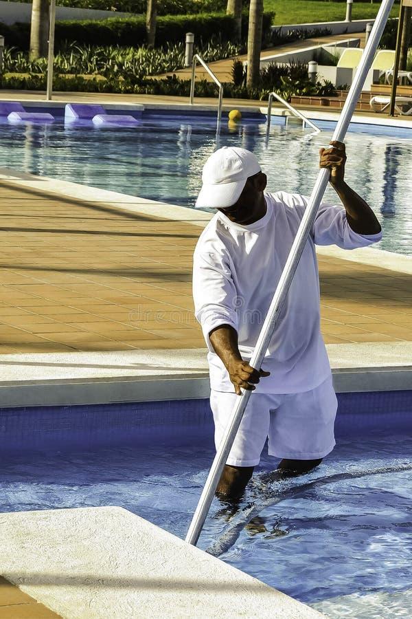 Una piscina al aire libre más limpia en el centro turístico foto de archivo libre de regalías